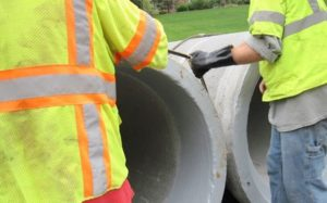 Equalizing rubber gasket on concrete pipe